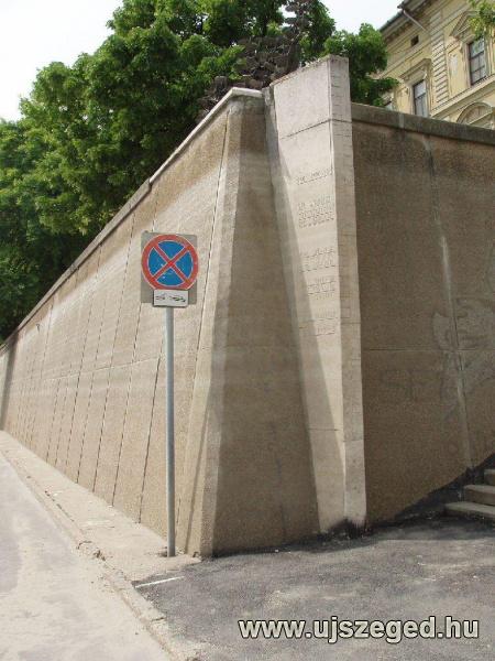 15. kép A szegedi emlékoszlop - bejelölve, évszám megadással - a  legmagasabb tiszai árvízszinteket mutatja.