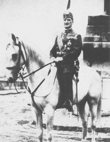 Horthy Miklós a legendás fehér lovon Szegeden.