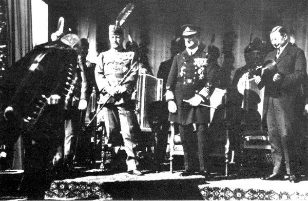 Somogyi Szilveszter szegedi polgármester kitüntetést vesz át a kormányzótól 1926-ban.